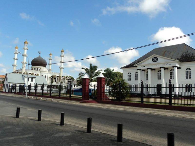 בית כנסת על יד מסגד, פארמריבו- סורינאם